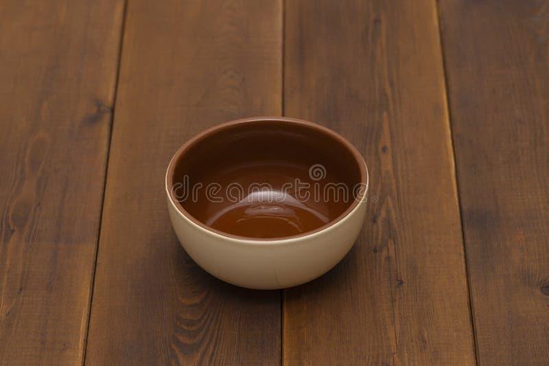 Pusty ceramiczny puchar na drewnianym stole, odgórny widok obrazy royalty free