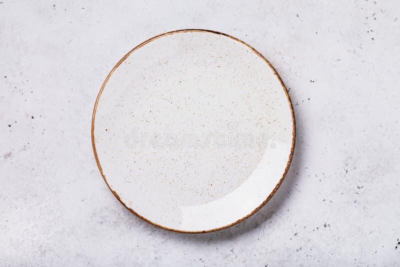 Pusty ceramiczny talerz na stole z abstrakcjonistyczną teksturą knedle tła jedzenie mięsa bardzo wiele zdjęcie stock