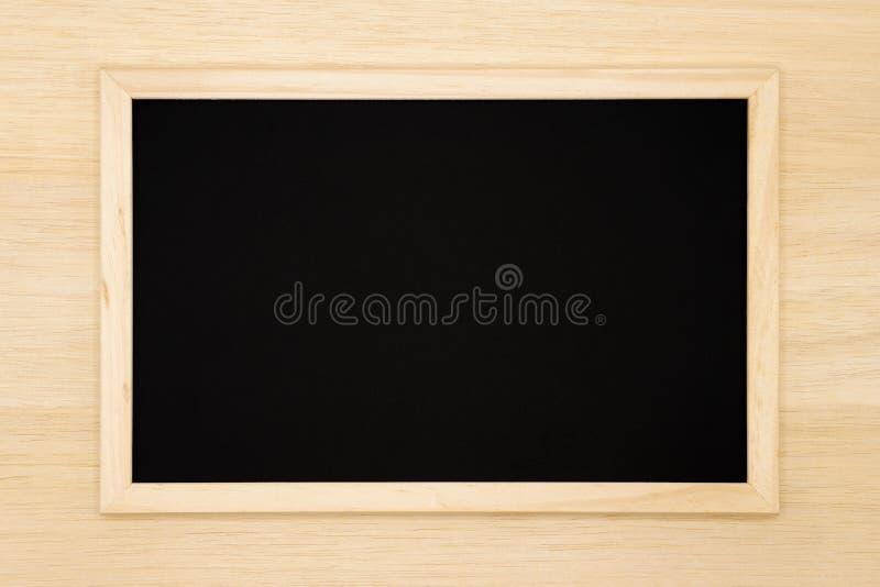 Pusty chalkboard na drewnianym tle fotografia stock