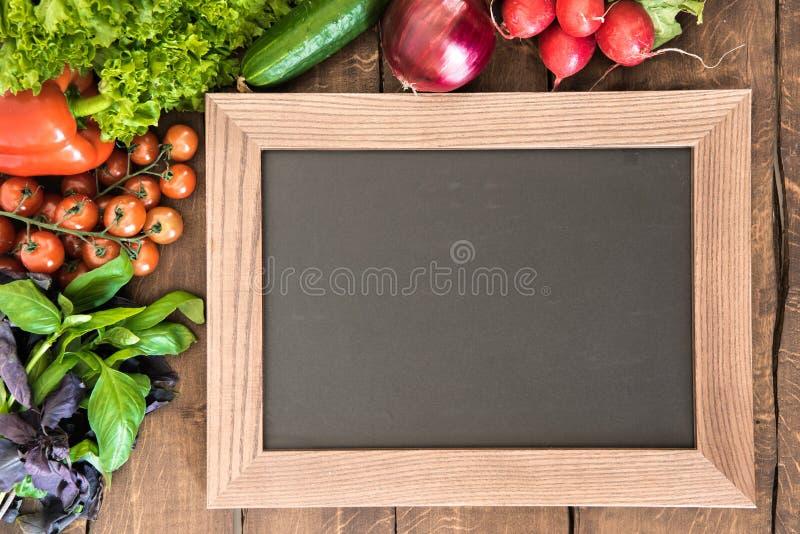 Pusty chalkboard z grupą świezi warzywa dla kulinarnego śniadania Cieszy się twój posiłku pojęcie zdjęcia stock