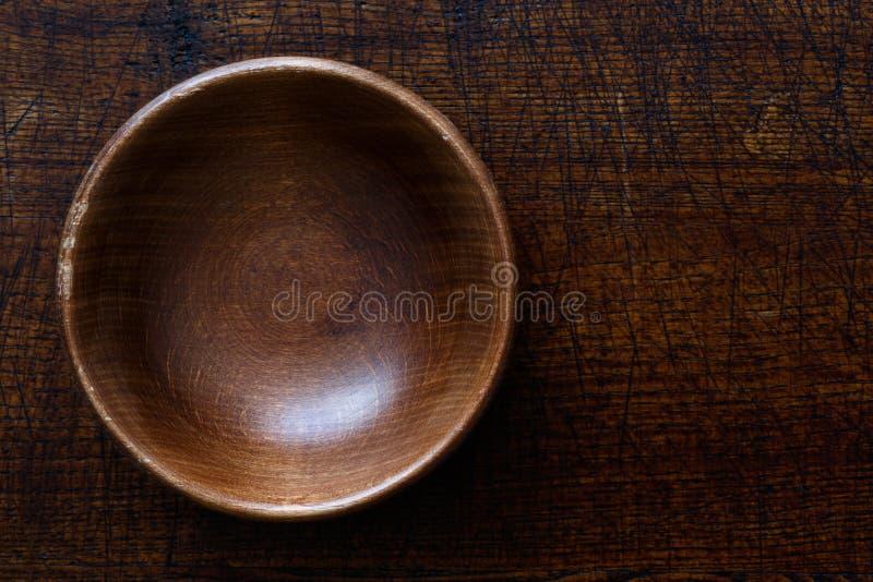 Pusty ciemny drewniany puchar odizolowywający na ciemnego brązu drewnie obraz stock