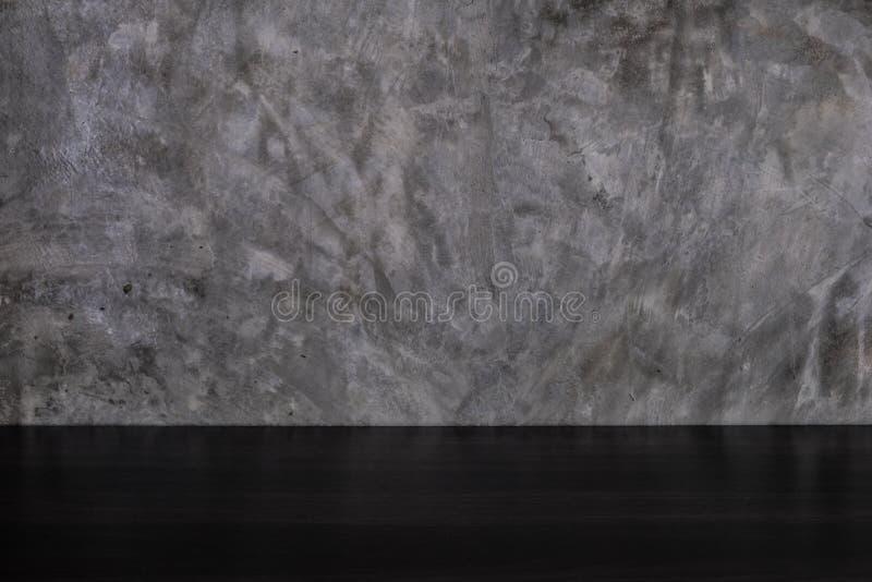 Pusty ciemny drewno stół na szarość betonu loft stylu ściany tle zdjęcia stock
