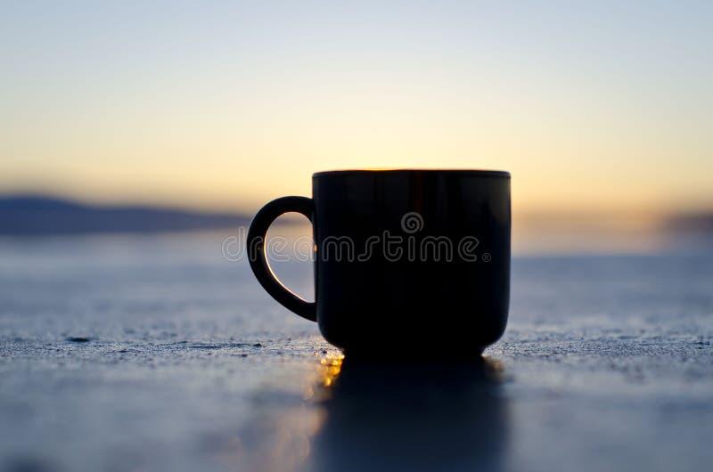 Pusty czarny kawowy kubek na wielkim słone jezioro brzeg fotografia royalty free