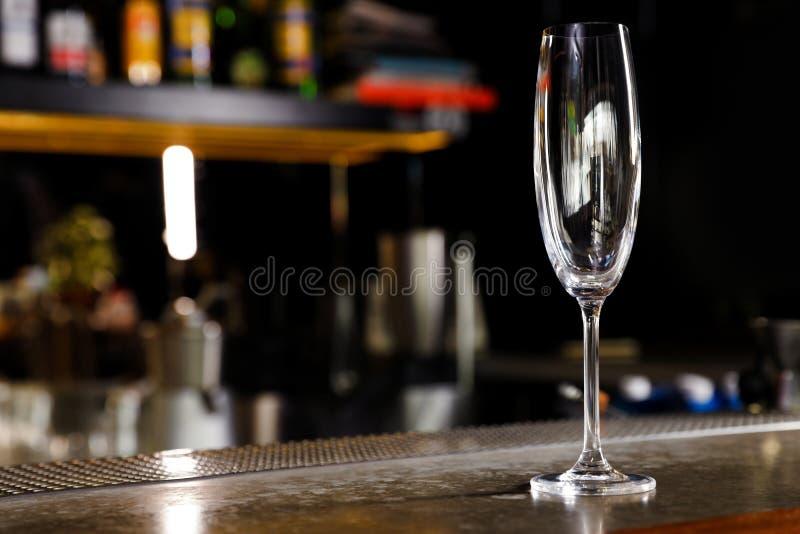 Pusty czysty szampa?ski szk?o na kontuarze w barze obrazy royalty free