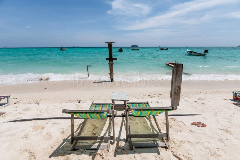 Pusty deckchair na pla?y w tropikalnym morzu obrazy stock