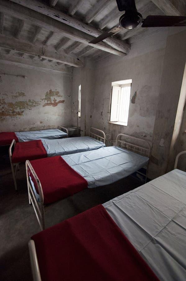 Pusty dormitorium w klinice w Bihar, India obraz stock