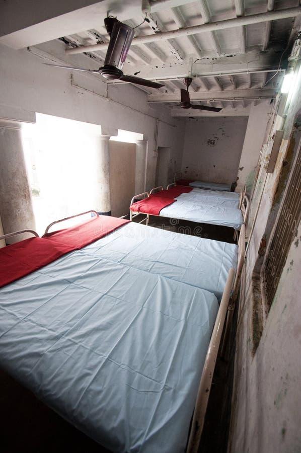 Pusty dormitorium w klinice w Bihar, India zdjęcia stock