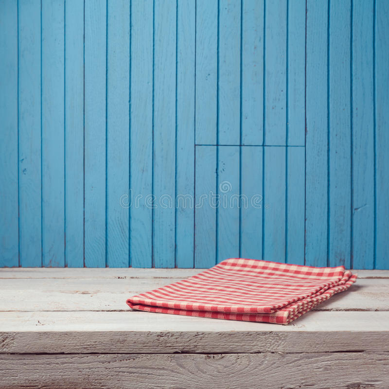 Pusty drewniany bielu stół z sprawdzać tablecloth nad błękit ścianą zdjęcia royalty free
