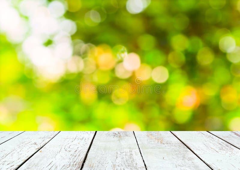Pusty drewniany i zielony lata bokeh tło obraz stock