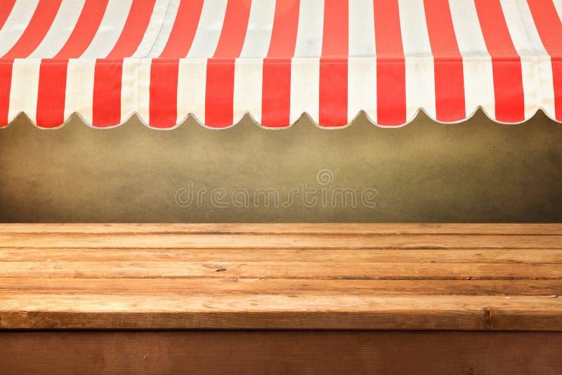 Pusty drewniany kontuar z awing zdjęcie stock