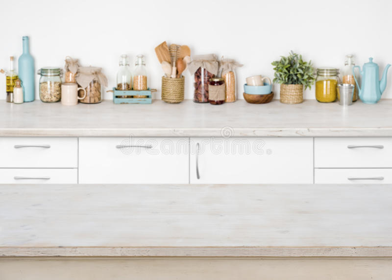Pusty drewniany kuchenny stół na zamazanym tle karmowi składniki obrazy stock