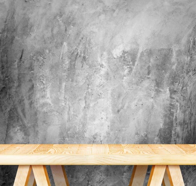 Pusty drewniany nowożytny stół i grunge betonowa ściana w tle, M fotografia stock