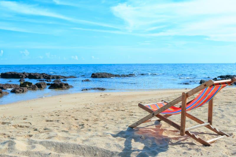 Pusty drewniany plażowy krzesło przy plażą zdjęcie stock