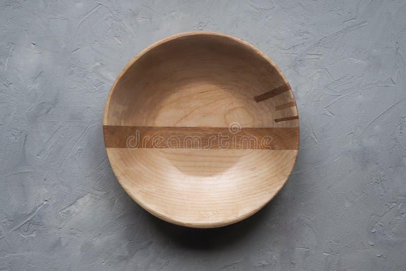 Pusty drewniany puchar na szarym tle Odg?rny widok zdjęcia stock