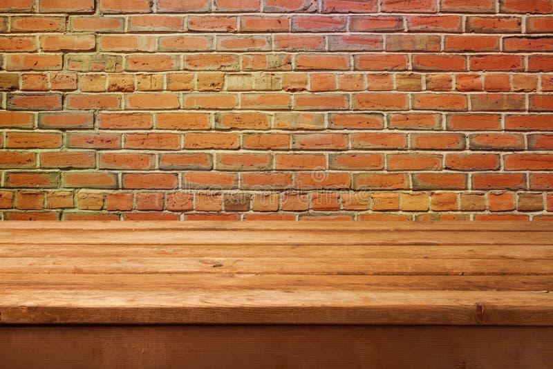 Pusty drewniany stół i ściana z cegieł Przygotowywający dla produktu montażu pokazu zdjęcia royalty free