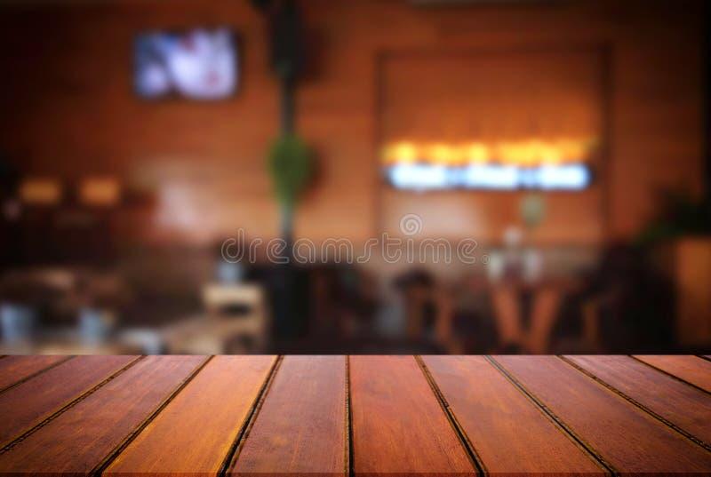 Pusty drewniany stół i zamazany tło abstrakt w przodzie zdjęcie royalty free