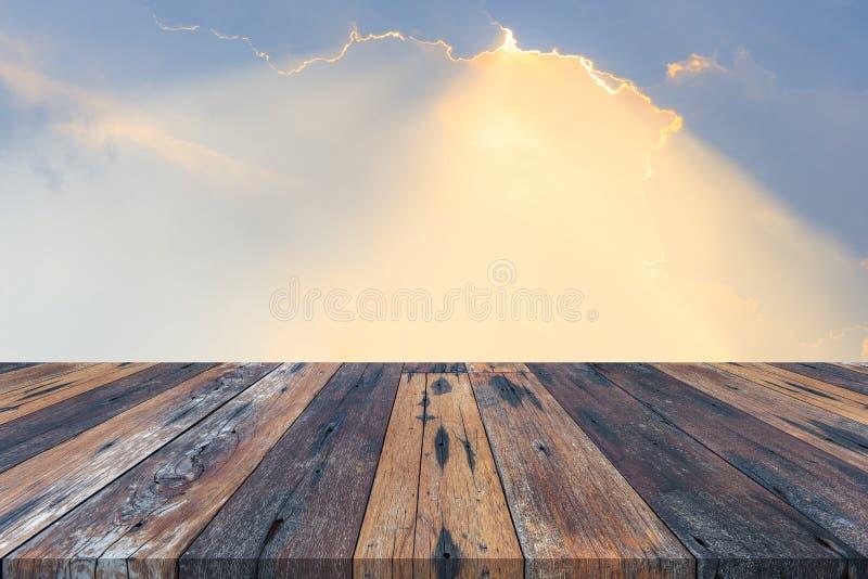 Pusty drewniany stół lub deska z słońca światła sunrays od chmury tła lub sunbeams obraz stock