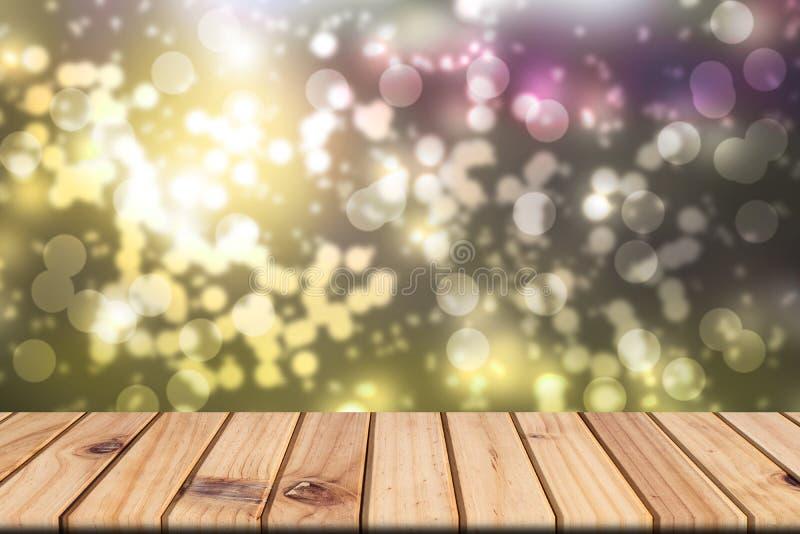 Pusty drewniany stół na przodzie zamazywał kolorowego bokeh tło zdjęcia stock