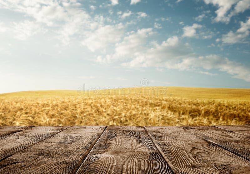 Pusty drewniany stół nad pszenicznym polem fotografia royalty free