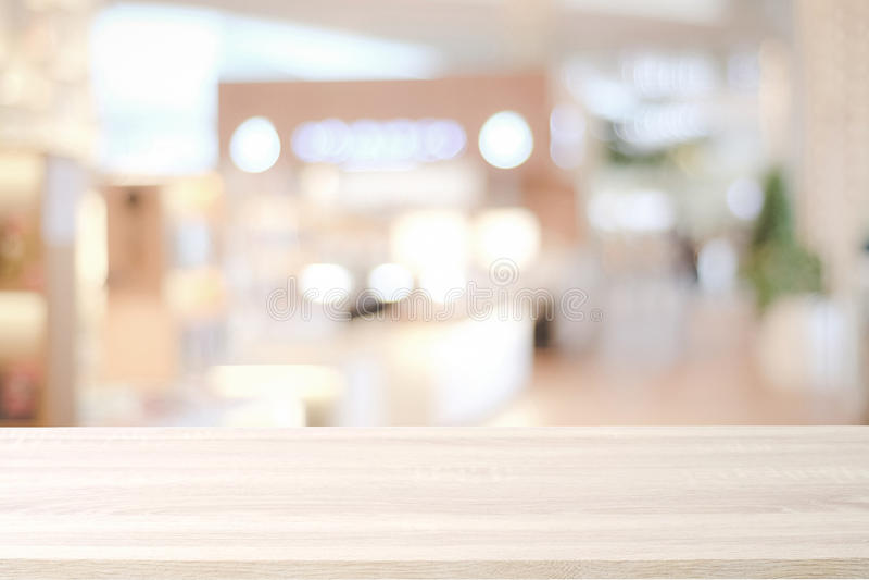 Pusty drewniany stół nad tłem, produktem i jedzeniem plama sklepu, zdjęcia royalty free
