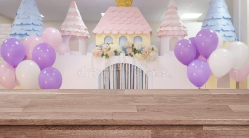 Pusty drewniany stół z zamazanym ślubu lub przyjęcia urodzinowego tłem obrazy stock
