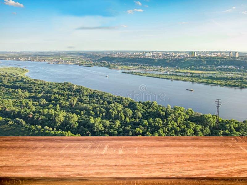 Pusty drewniany stół z zamazanym tłem widok z lotu ptaka Volga rzeka i Nizhny Novgorod miasto może używać dla pokazu zdjęcia stock