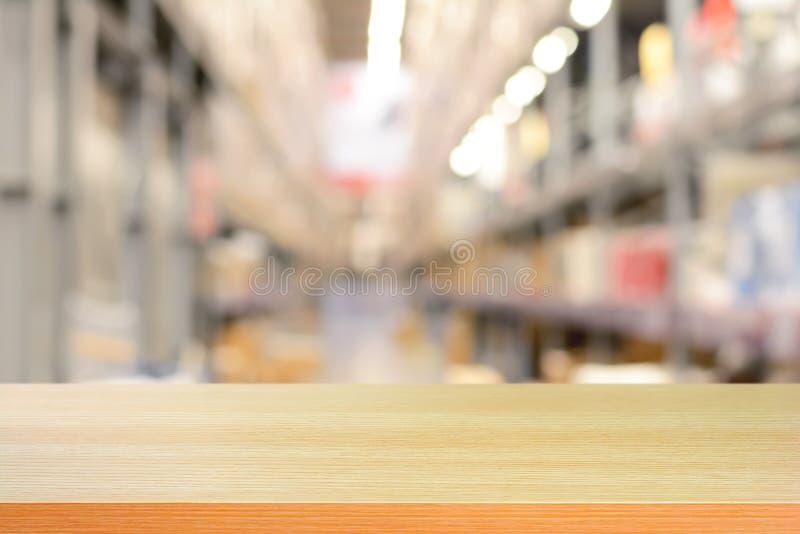 Pusty drewniany stołowy wierzchołek lub półka na plama magazynu tle obraz royalty free