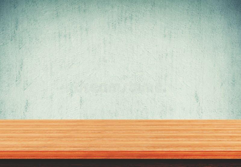 Pusty drewniany stołowy wierzchołek na błękita betonu tle obraz stock