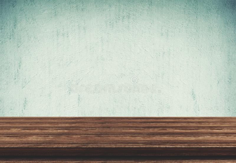 Pusty drewniany stołowy wierzchołek na błękita betonu tle fotografia royalty free