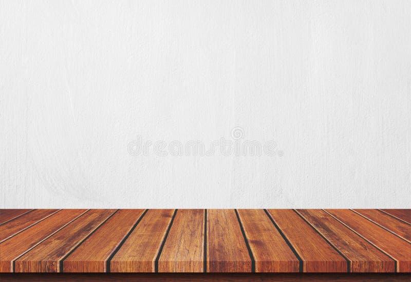 Pusty drewniany stołowy wierzchołek na bielu betonu tle fotografia royalty free