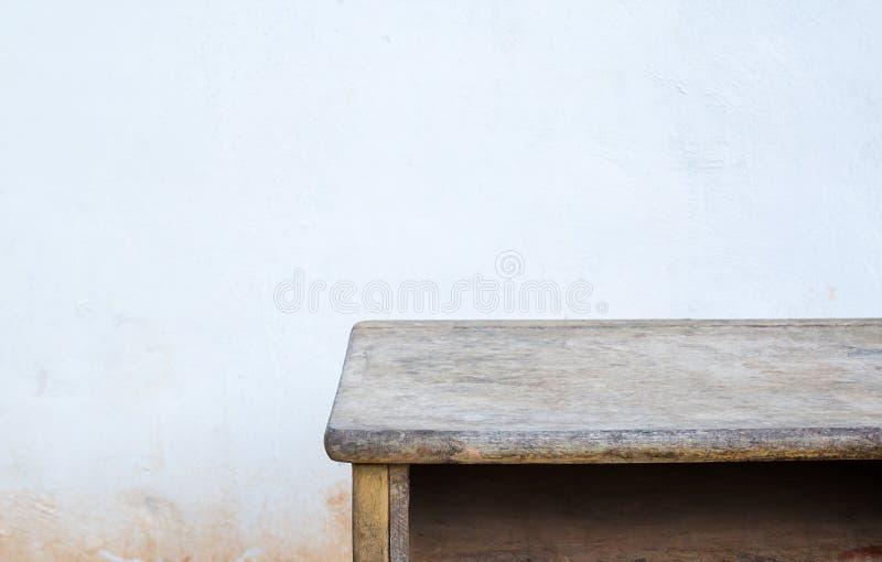 Pusty drewniany stołowy wierzchołek na starym betonowym tle fotografia royalty free