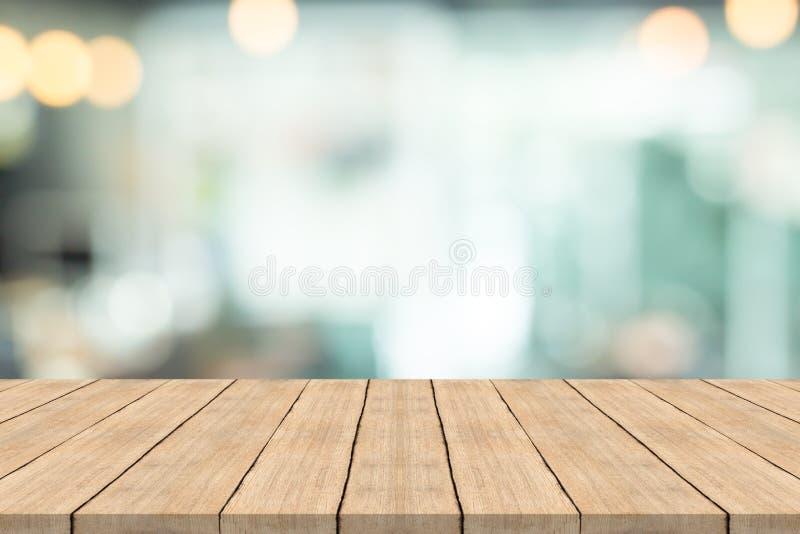 Pusty drewniany stołowy wierzchołek na zamazanym tle, przestrzeń dla montażu pro fotografia royalty free