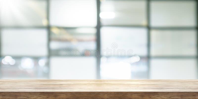 Pusty drewniany stołowy wierzchołek z plamy coffeeshop nadokiennym tłem, p fotografia royalty free