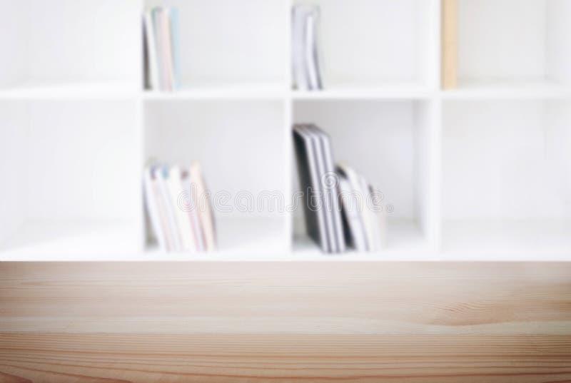 Pusty drewniany stołu i plamy tło abstrakt przed m zdjęcia stock