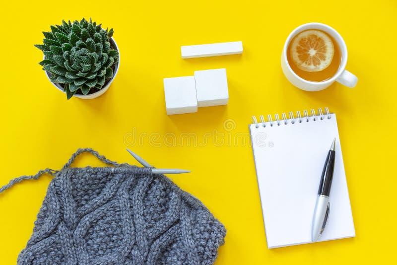 Pusty drewniany sześcianu kalendarza egzamin próbny w górę tamplate dla twój kalendarzowej daty filiżanki herbaty, dzianie, sukul fotografia royalty free