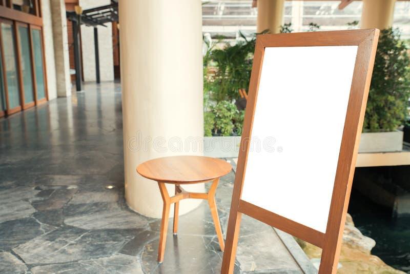 Pusty drewniany znak z kopii przestrzenią dla twój zawartości w zakupy centrum handlowym lub wiadomości tekstowej zdjęcia stock