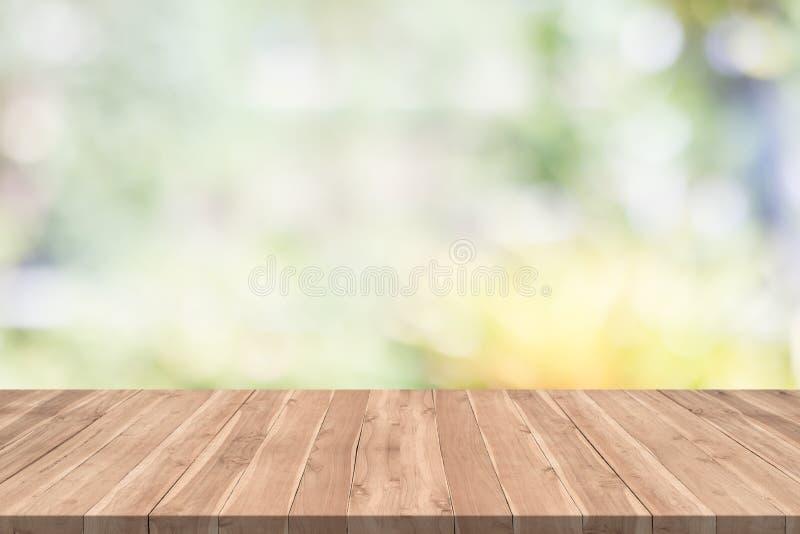 Pusty drewno stół na zamazanej tło kopii przestrzeni dla montażu twój projekt lub produkt zdjęcia stock