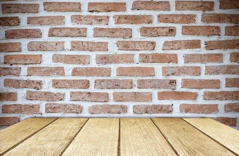 Pusty drewno stół nad ściana z cegieł tłem, produktu pokaz obraz royalty free