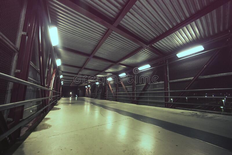 Pusty footbridge przy nocą obraz stock