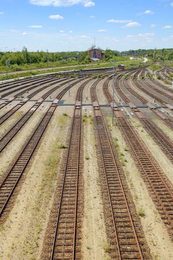 Pusty frachtowy kolejowy jard z dużo i operacji wieżą kontrolną tropi obraz stock