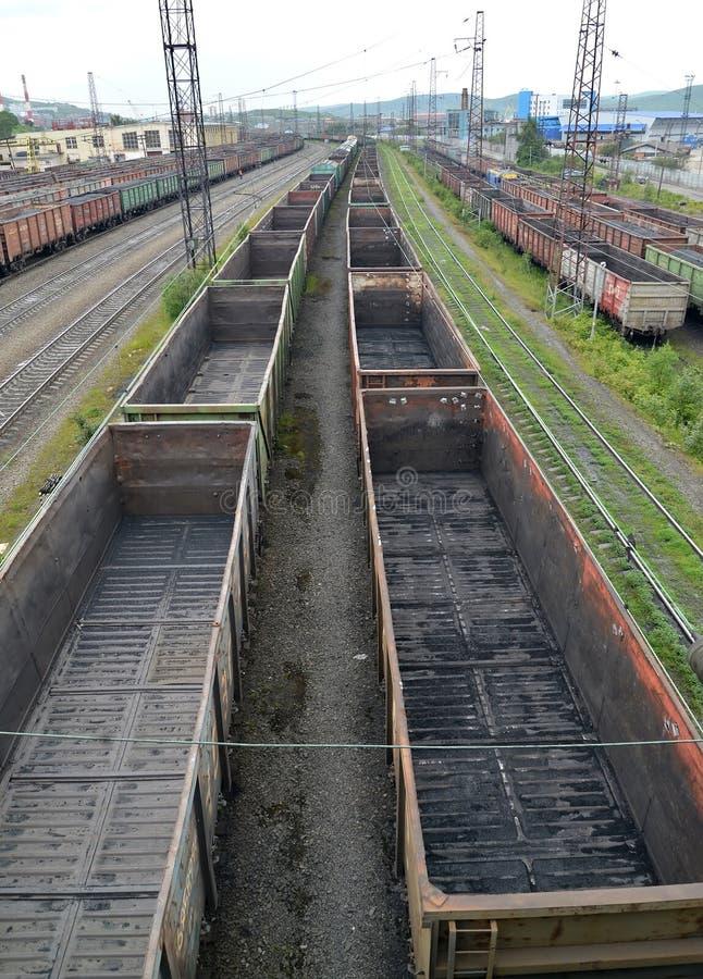 Pusty frachtowych samochodów stojak na staci kolejowej Murmansk, Rosja obrazy stock