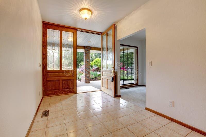 Pusty frontowy wejście z otwarte drzwi. Domowy wnętrze. zdjęcia stock