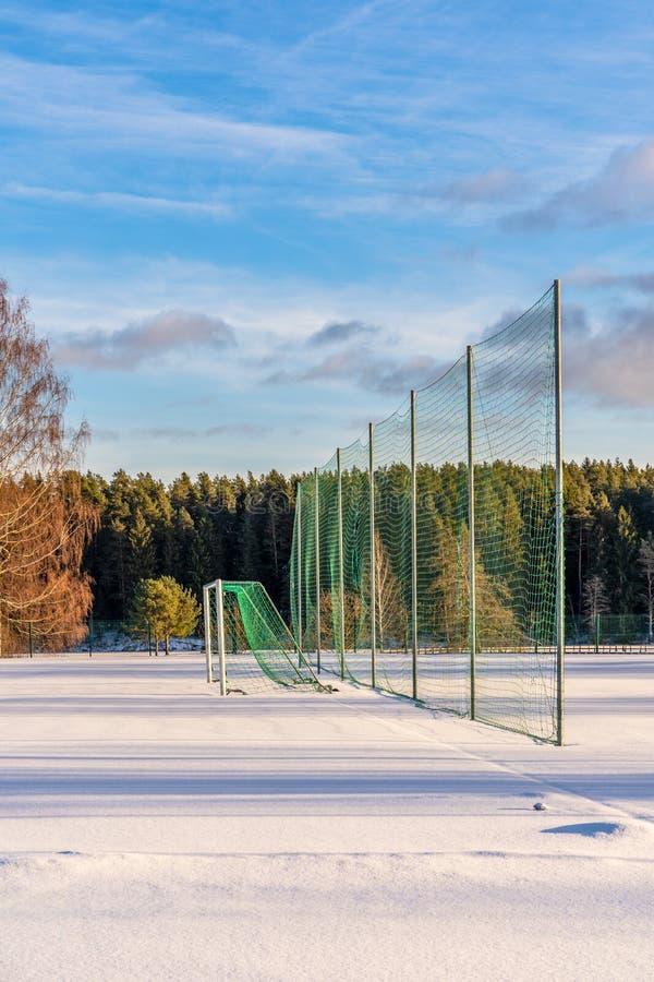 Pusty futbol &-x28; Soccer&-x29; Pole w zimie Częsciowo Zakrywającej w śniegu - Pogodny zima dzień obrazy stock