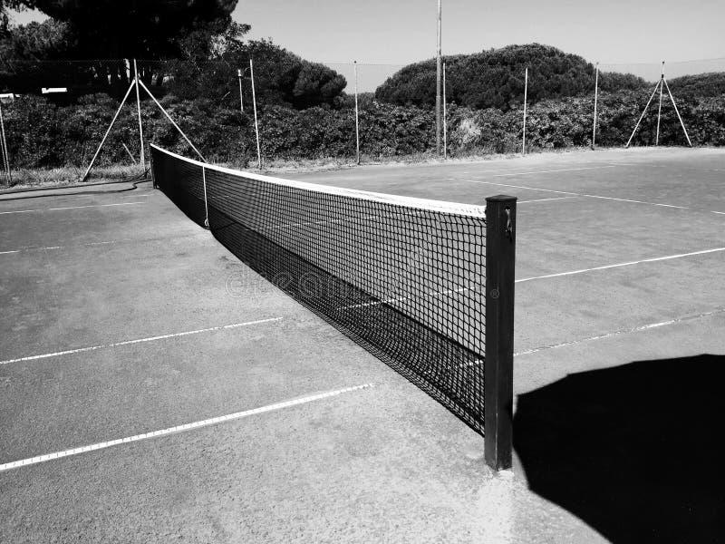 Download Pusty Gliniany Tenisowy Sąd Zdjęcie Stock - Obraz złożonej z biały, fencepost: 57650622