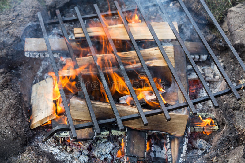 Pusty grilla grill Z Jaskrawymi płomieniami zdjęcia royalty free