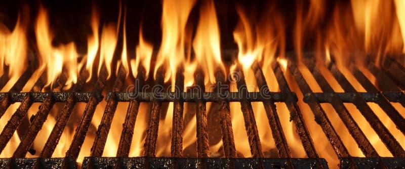 Pusty grilla grilla zakończenie Z Jaskrawymi płomieniami zdjęcie stock