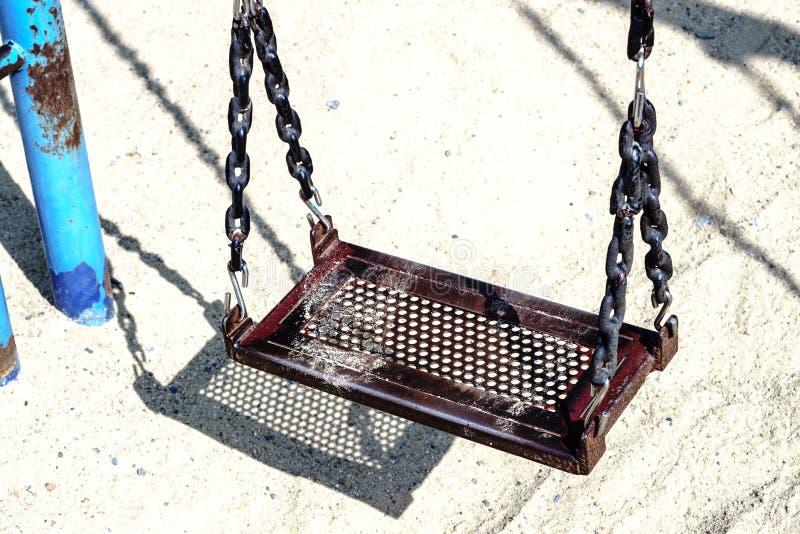 Pusty grunge łańcuchu huśtawki obwieszenie w boisku obraz stock