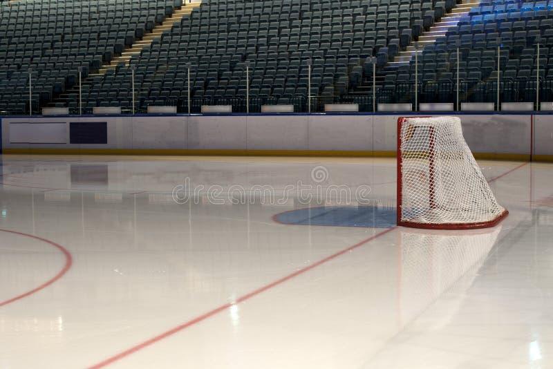 Pusty hokejowy cel na lodowym lodowisku. Boczny widok fotografia royalty free