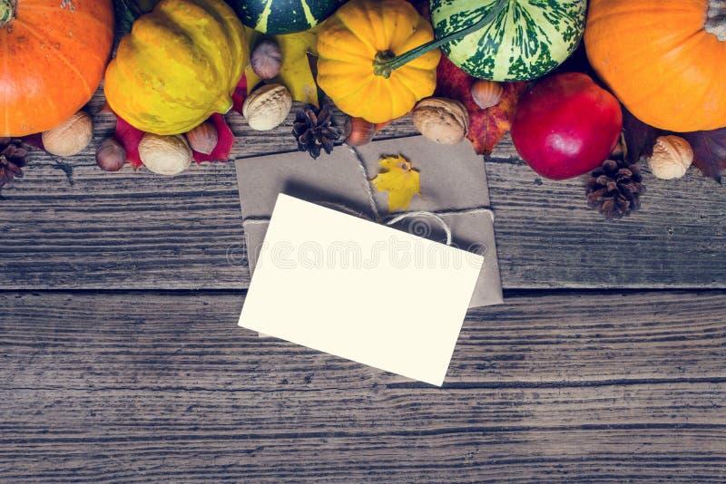 Pusty kartka z pozdrowieniami i koperta z dziękczynienie jesieni spadku tłem zdjęcie stock
