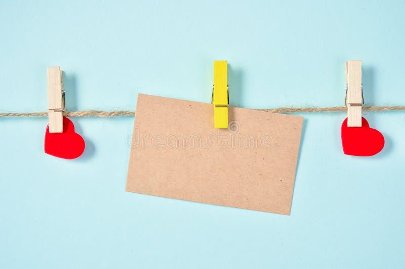 Pusty kartka z pozdrowieniami z miłości i konopie arkaną, Odgórny widok, puste miejsce dla teksta fotografia stock